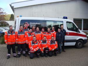 Prüflinge(P), Ausbilder(A) und Kreisbereitschaftsleitung (KBL) Von links: Andre Fricke(A), Stefan Roller(A),Frithjof Zeiß(P), Aileen Gersmeyer(P), Doreen Fricke(P), Carolin Schmitz(P), Isabel Heller(P), Liana Eva(P), Carolin Göring(P), Kathrin Walkenhorst(KBL), Jens Walkenhorst(KBL), Vorne von rechts: Aziz Sabri(P), Jens Kurby (SAN-Ausbilder), Dominik Linge (SAN-Ausbilder)